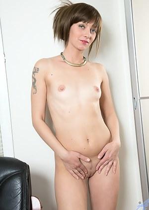 MILF hottie Lisa xxx rubs her pussy and spreads her ass