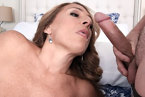 MILF with great pussy lips takes it up the ass