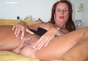 Amateur housewife shows off her snatch