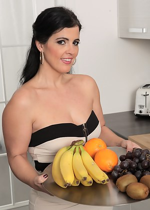 Sexy Montse Swinger has fun with fruits getting all juiced up
