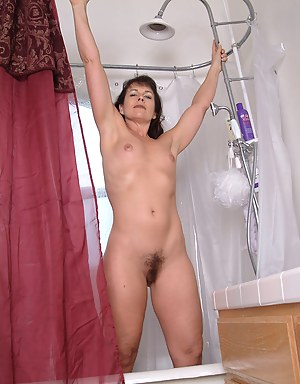 Mature Calif babe in the shower wetting herself down