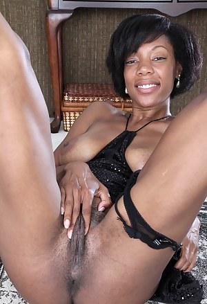 Sexy ebony MILF Jayden from AllOver30 showing off her tight dark body