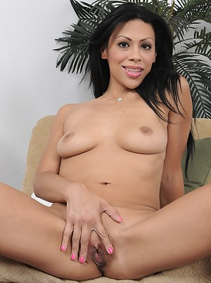 Exotic Cassandra Cruz shoing off her mature pussy after a long day