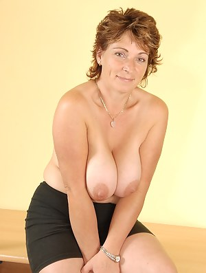 Hairy pussy and massive boobs makes Misti from AllOver30 hot