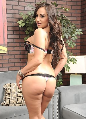 On todays Spizoo update we bring you Claudia Valentine. You probably remember her from our past episodes. We got lots of requests from our members to make another episode with this hottie. Watch this lucky bastard getting served by Claudia and see him cum