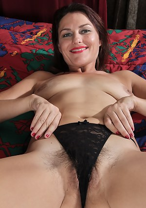 Horny brunette Joana Jakes stuffs a large dildo into her mature pink