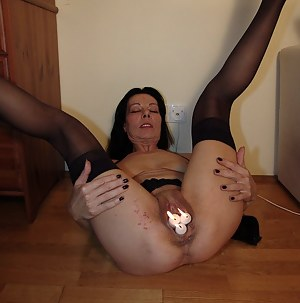 waxdripping on this wet mature cunt