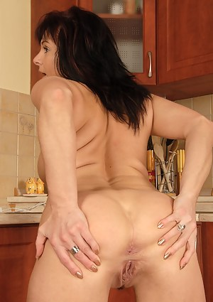 40 year old Linette shows off her shaved and very meaty pussy here