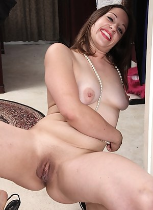 Curvy mature babe Arial Banks pulls on her pussy flaps.