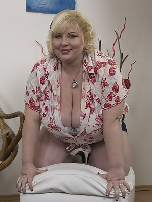 Huge breasted mature BBW getting very naughty