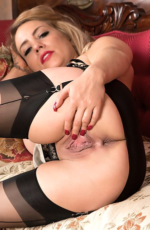 Bigtit blonde MILF spreads her delicious shaved pussy