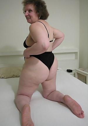 Horny mature slag showing her box o fun