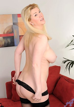 Hot mom Venice Knight loosens up after work by pleasuring her mature pussy