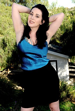 Stunning RayVeness spreads her 38 year old pussy wide in the yard