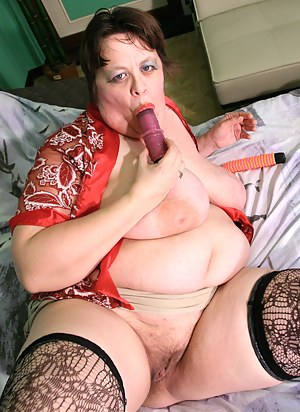 Big mature slut playing with her moist pussy
