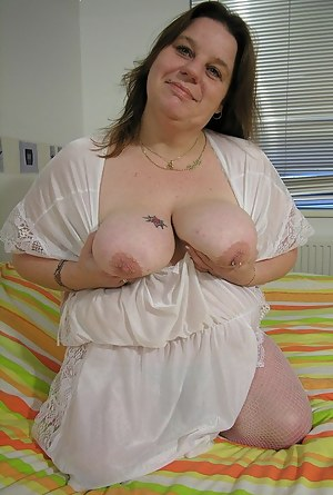 Huge mature slut playing with herself on the bed