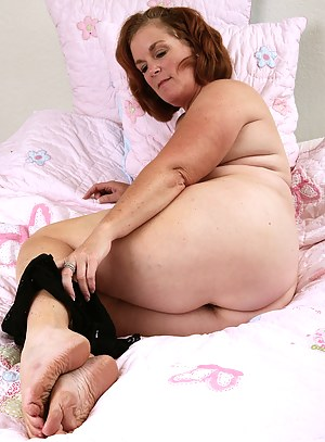 49 year old and busty MILF Lucy A spready her hairy pussy in here