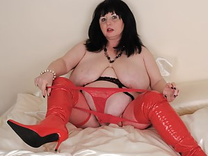Big chubby mature slut playing with her pussy