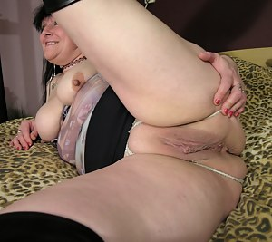 mature plumper playing with her pussy