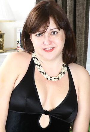 Elegant and 45 year old Kitty L from AllOver30 exposing her titties
