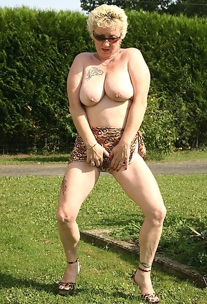Naked in the garden, I show my pussy, my big tits and I play with dildos