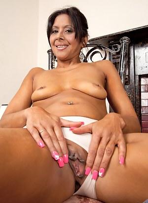 Milf babe Sophia Smith spreads her dark pussy