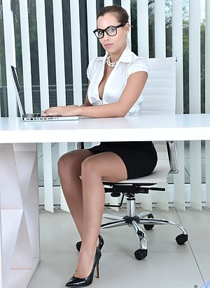 Sexy office babe tickles her pussy with magic wand until she squirts