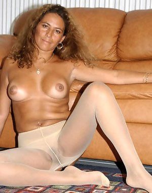 Gorgeous woman is satisfying herself laying on the floor. This sensational MILF is going to show you what really hot solo is.