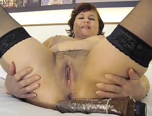 This wet mature slut trips on a dildo