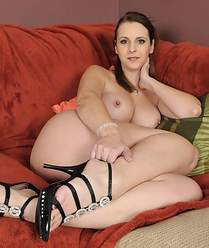 Busty MILF Mandy Sweet from AllOver30 plays with her pussy for you