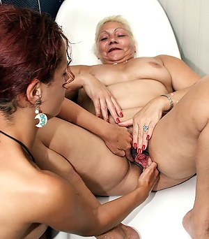 lose that hand in that wet mature pussy