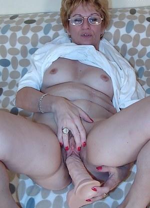 stuffing a big dildo in her mature cunt