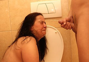 This kinky mature slut does it on the toilet