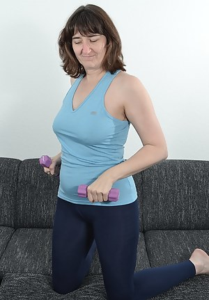 In leggings and a blue top in small dumbbell workout. Train my biceps a little But also do like nude. And I like to exhi