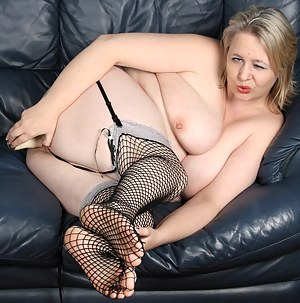 Big mature slut playing with her toys