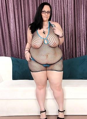 Hot brunette BBW Lyla Everwett poses with friends and gets cum
