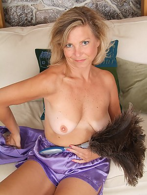 This older housewife looks great spreading her legs