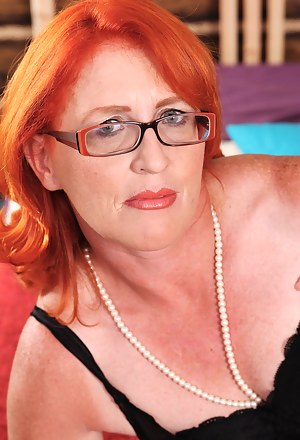 Red mature slut getting her groove on
