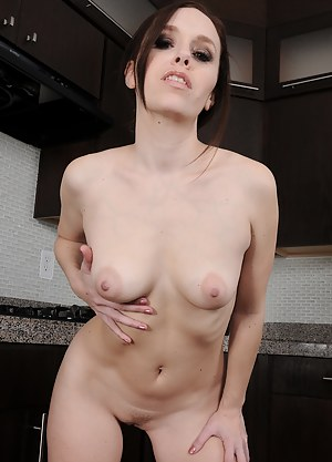 Horny 34 year old housewife Sovannah Fyre breaks from houswork