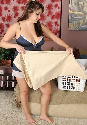 35 year old housewife Jessica Zara from AllOver30 takes a fun break