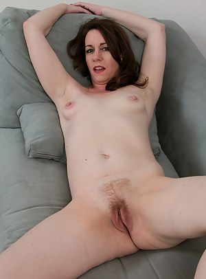 41 year old brunette Molly Golly spreads wide on the livingroom floor