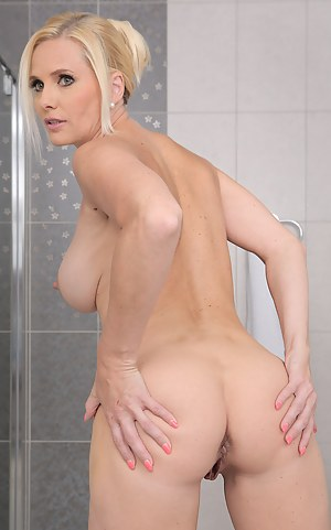 Gorgeous Lilly Peterson slips off her towel and masturbates in the tub