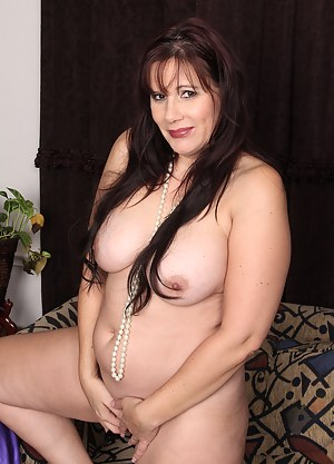 Busty beauty Sasha Karr slips out of her lingerie to tease with all her curves