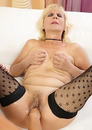 Kinky mama gets afist up her juicy pussy