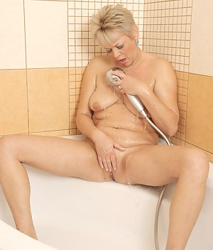 Kinky mature lady playing with her pussy