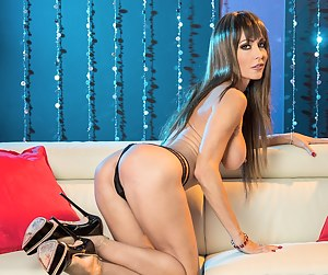 Holy smokes! Porn icon Jessica Jaymes is nothing short of breathtaking as she dawns a dirty blond hairdo with bangs in a strip club. This busty beauty loves to show her perfect body to the world as she shimmies around the stripper pole. Enjoy taking in ev