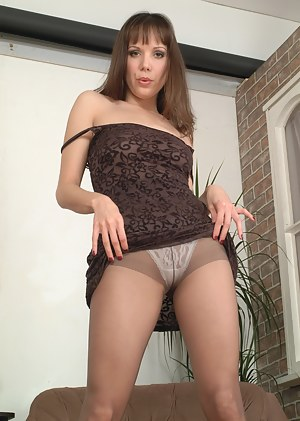 Pantymom Cindy is getting herself wet and wild