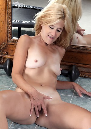 Anilos Skowshi fingers her naughty mature pussy