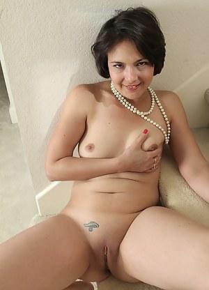 Elegant 33 year old Carlita Jonson sposes her sweetness in here