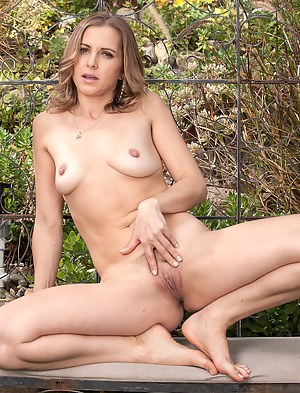 Spreading outside 32 year old Melissa Rose shows off her hot body